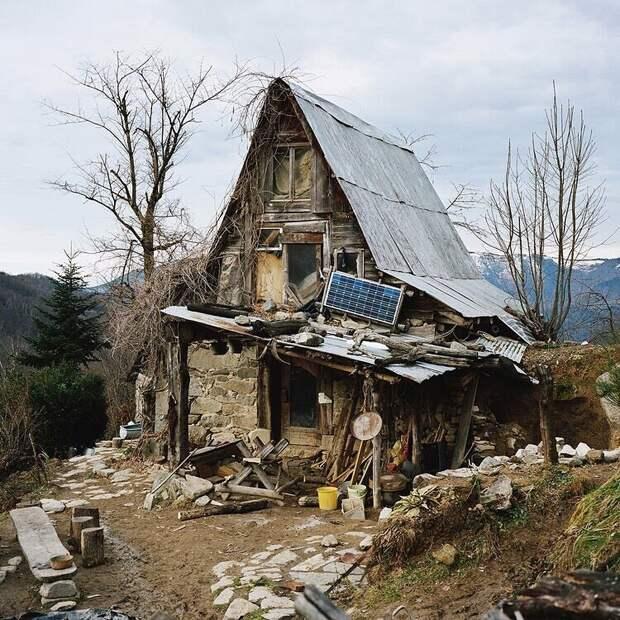 Без света, людей и в горах: фото о том, как живут отшельники