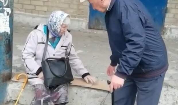 Сидят на бетоне: жители уральского поселка пожаловались на необорудованную остановку
