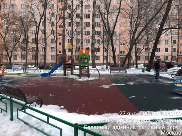 Детскую площадку на улице Лавочкина очистили ото льда — управа