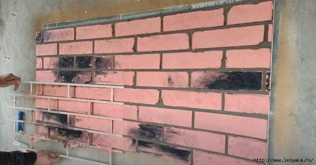 Бригадир по ремонту квартир рассказал, как сделать имитацию кирпича из обычной шпатлевки своими руками!