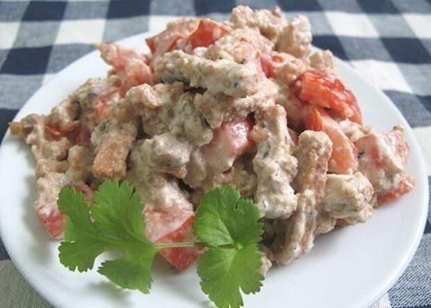 Салат с помидорами, шпротами и сухариками