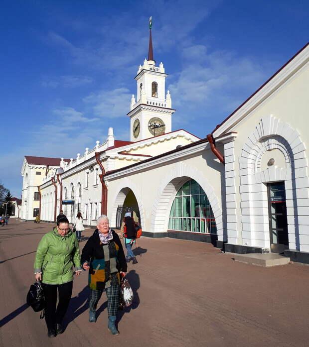 Симпатичное здание вокзала в Волховстрое со шпилем