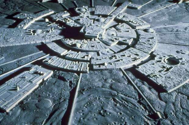 Уфологи: на обратной стороне Луне находятся инопланетные города и людям запретили посещать их