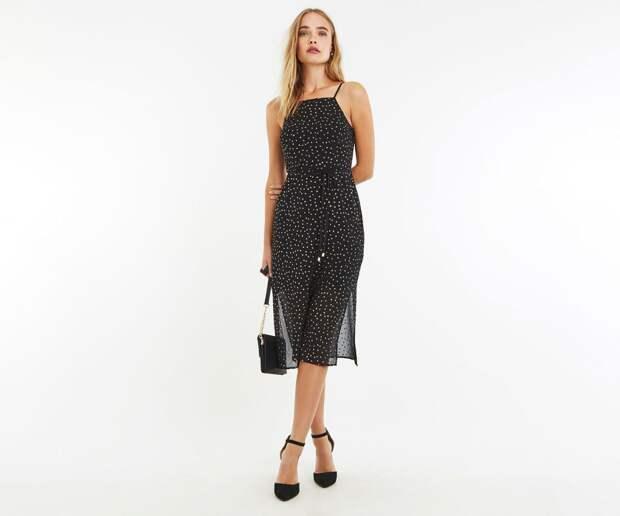 Модель в платье с блестками