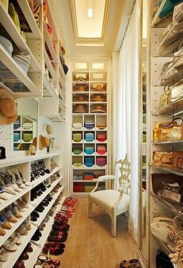Небольшое подсобное помещение, которое можно легко превратить в современный гардероб.