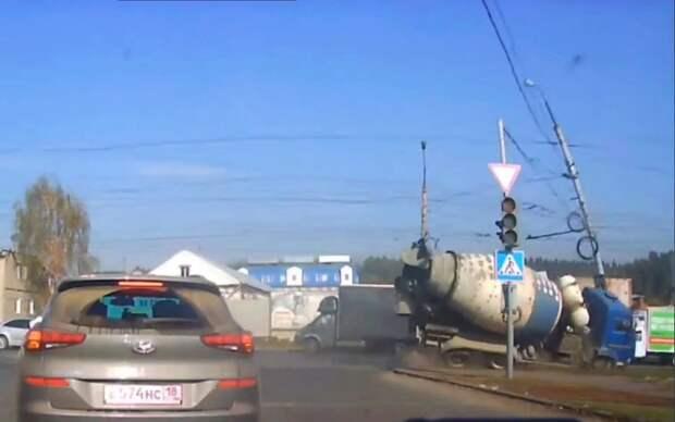 Появилось видео ДТП с опрокидыванием бетономешалки на улице Орджоникидзе в Ижевске
