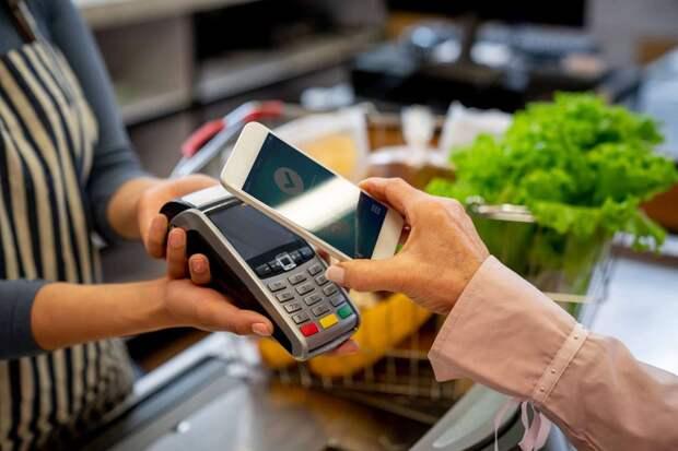 Почему нельзя расплачиваться с телефоном в руках