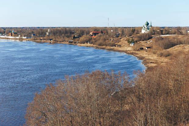 Живописные просторы на реку Волхов, которые открываются с могилы Вещего Олега