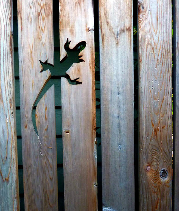 Детали, вырезанные в заборе.