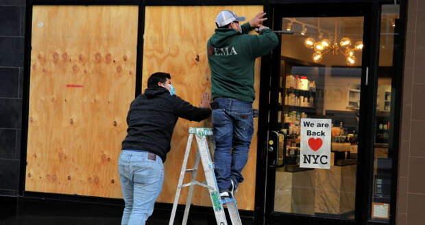 Америка готовится к погромам: бизнесмены заколачивают витрины и двери досками