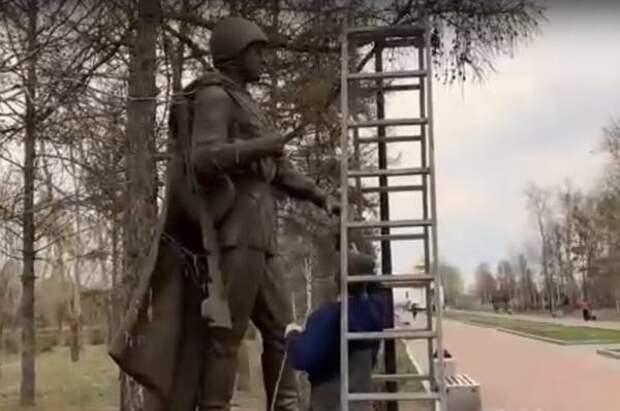 В Красноярске накануне Дня Победы обновили мемориал в парке «Гвардейский»