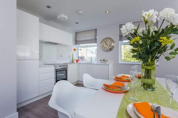 белый стол на белой кухне