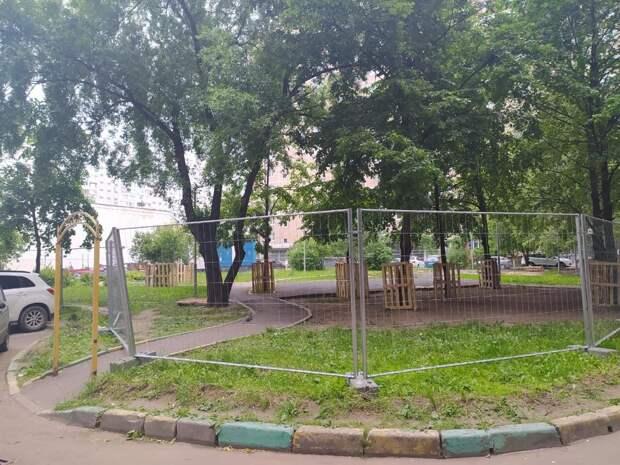 Благоустройство газона во дворе дома по Новочеркасскому восстановят после ремонта