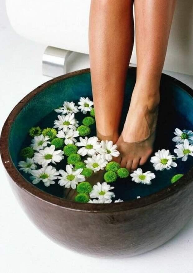 Ванночки для ног с ромашкой. \ Фото: pinterest.it.