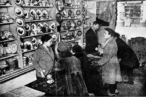 В Москве функционировал магазин, где можно было купить вещи, принадлежащие представителям царской фамилии Романовых. СССР. 1927 г.