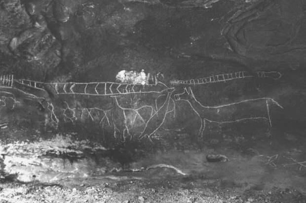 Петроглифы ранних коренных американцев.