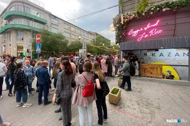 В секс-шоп на Ленина выстроилась огромная очередь. Что там происходит?