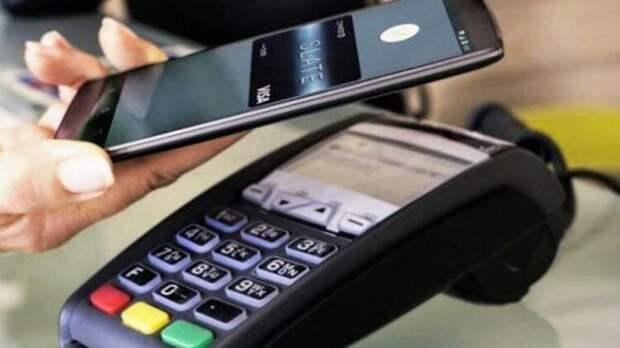 Со смартфоном в руках: эксперты уточнили риски бесконтактных платежей