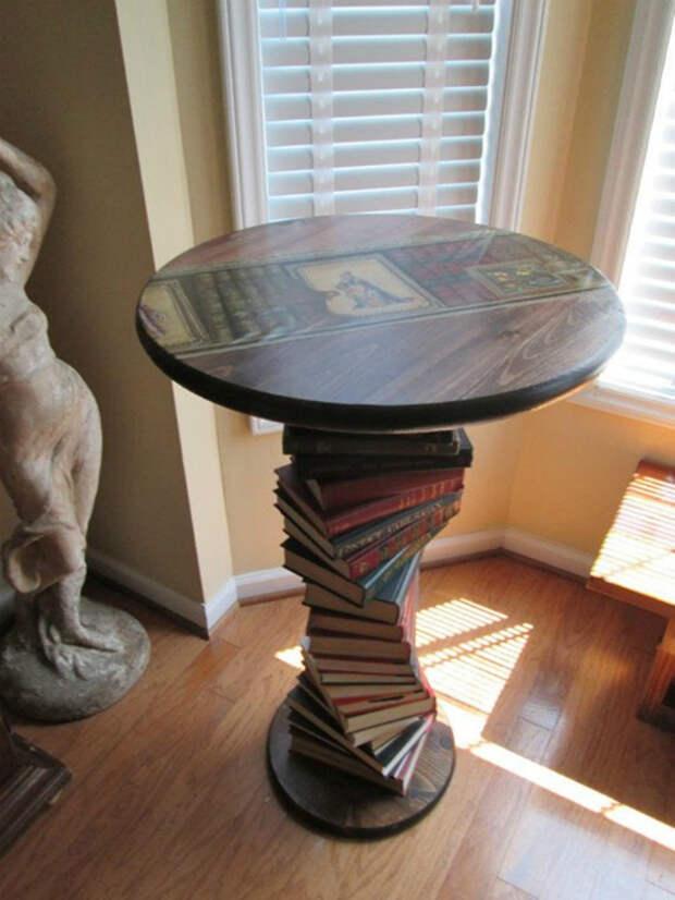 Стол из дерева и книг.