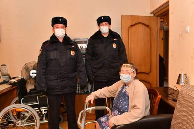 Полицейские и спасенная ими пенсионерка / Фото: Денис Афанасьев