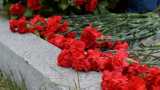 Участники акции «Цветы Победы» возложили более 10 тысяч гвоздик к памятникам Москвы