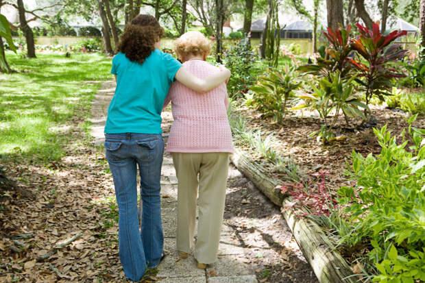 Обе думают о старости: одна вложилась в отношения с детьми, другая — в недвижимость