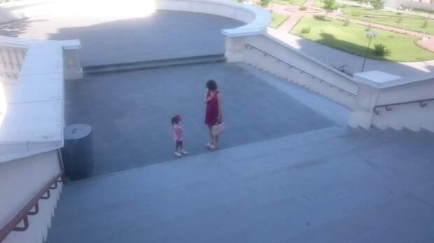 Мамочка показывает дочери как правильно креститься православным
