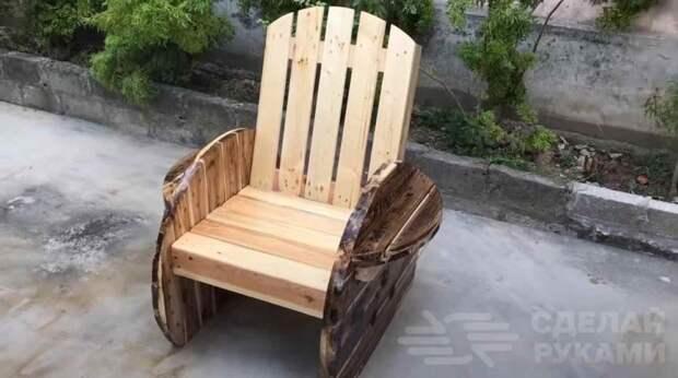 Уличный стул из деревянной кабельной катушки