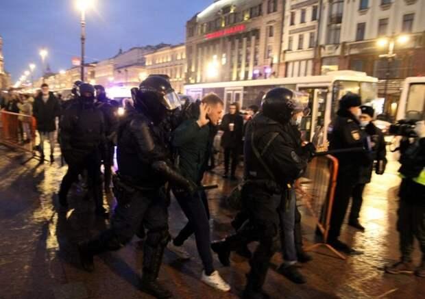 """""""Меня до этого залили газом"""": полицейский извинился перед пострадавшей петербурженкой"""