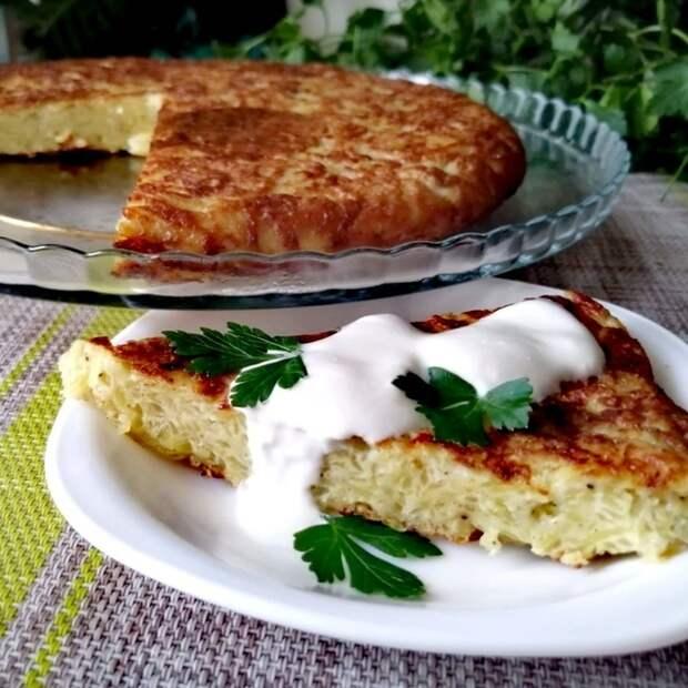 Фото к рецепту: Вместо драников готовлю этот бесподобный пирог на сковороде за считанные минуты
