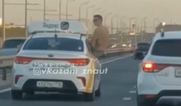 Казанцы удивились пассажиру такси, который высунулся из окна