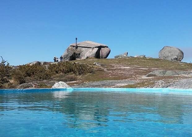 """Вид от бассейна на """"Каменный дом"""""""