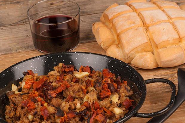 Испанский мигас, свежий хлеб и красное вино