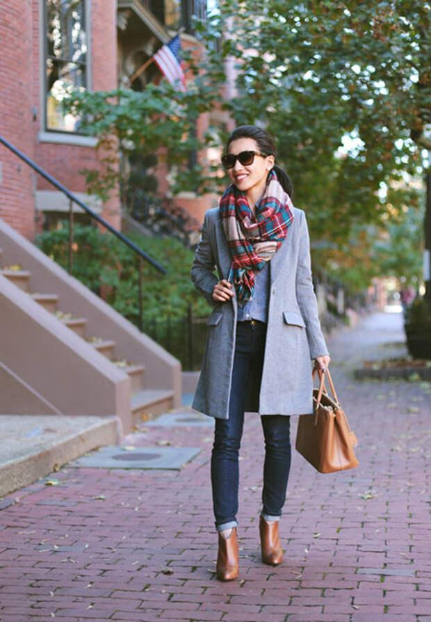 Девушка в пальто и цветном шарфе