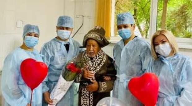 Врачи поздравила ветерана, перенесшего операцию на сердце