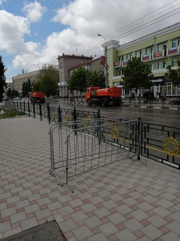 В Керчи после военного парада провели дезинфекцию улицы