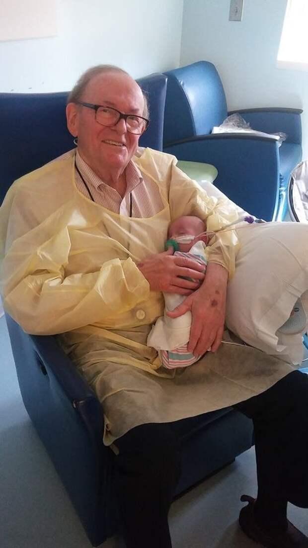 82-летний пенсионер 12 лет работает добровольцем в больнице, помогая окрепнуть недоношенным младенцам в мире, дети, добро, забота, люди, младенцы, пенсионер
