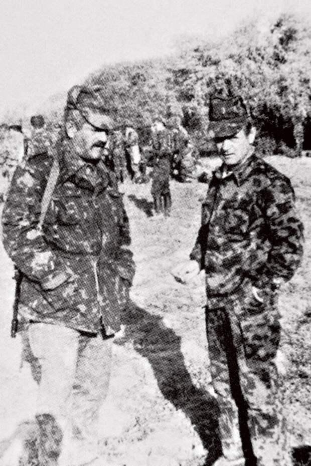 Командир 15 бригады спецназа В.В. Квачков (справа) в Таджикистане. 1992 год.