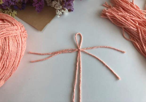 Нежное и элегантное перышко, которое сделано из обычных ниток