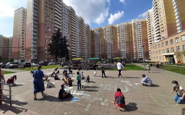 В Молжаниновском прошёл конкурс рисунков на асфальте