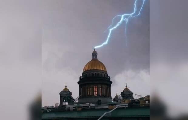 В Сети появились кадры попадания молнии в крест на Исакиевском соборе в Санкт-Петербурге