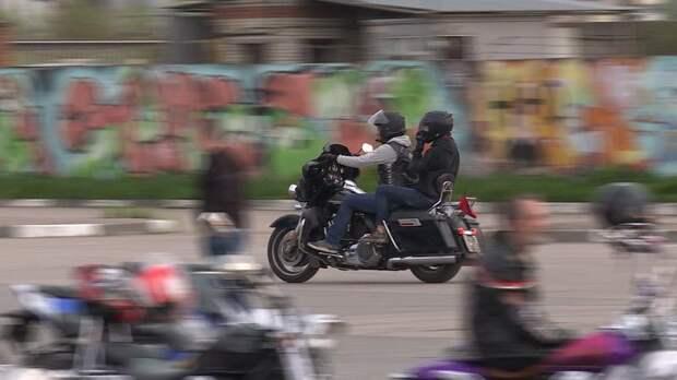 По Петербургу проехали 500 мотоциклистов с зажжёнными фаерами — видео