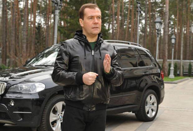 Любимые машины Дмитрия Медведева: от комбайна до Ауруса
