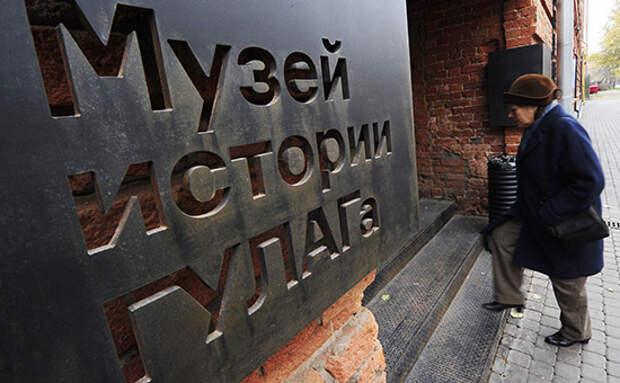 У входа в музей ГУЛАГа повесили чучело Солженицына