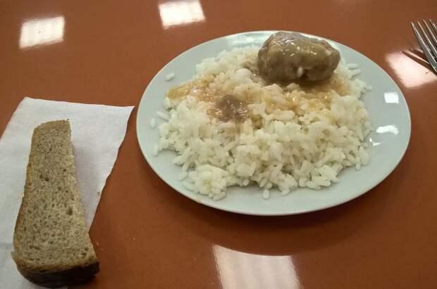 Каша и котлета - классическое блюдо для дошкольников.