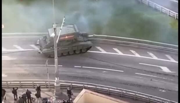 Танк въехал в ограждение на улице Мневники