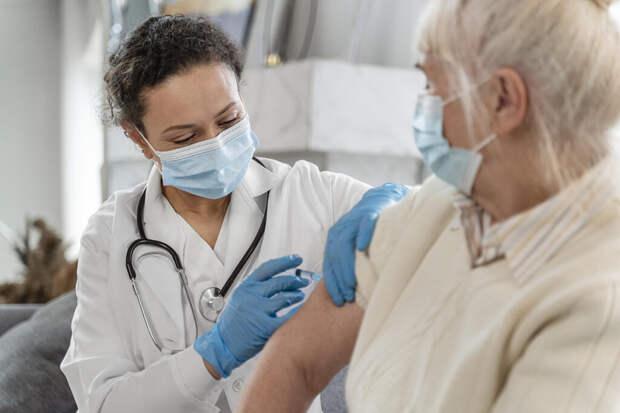 В AstraZeneca сообщили о риске тромбоза после первой дозы вакцины