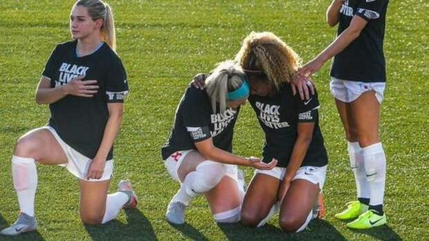 Американские футболистки расплакались во время гимна США, встав на колено в поддержку акции Black Lives Matter