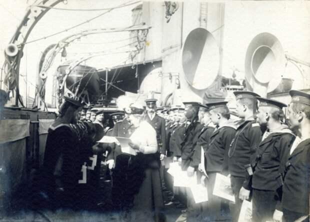 Ольга Константиновна посещает базу Балтийского флота. 1910-е гг.