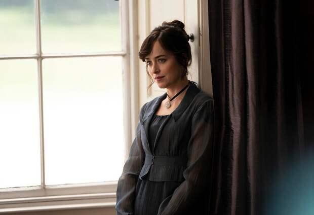 Netflix показал кадры со съёмок фильма по роману Джейн Остин с Дакотой Джонсон в главной роли